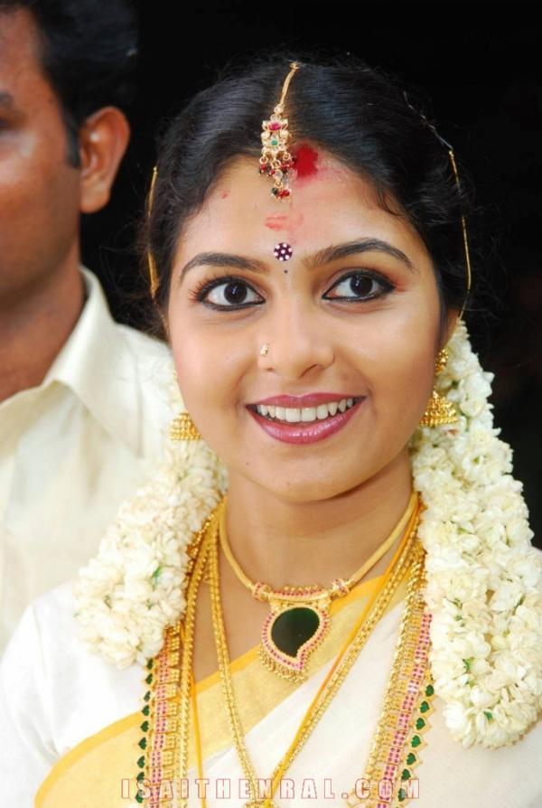 Ambili Devi malayalam actress Photos | Veethi