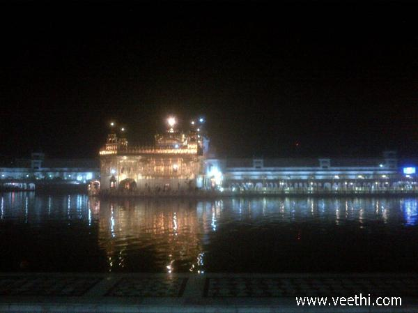 golden-temple-at-night