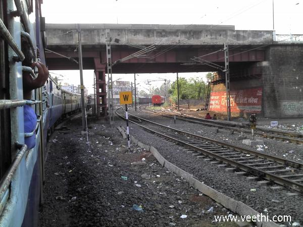 train-nearing-bhopal-station