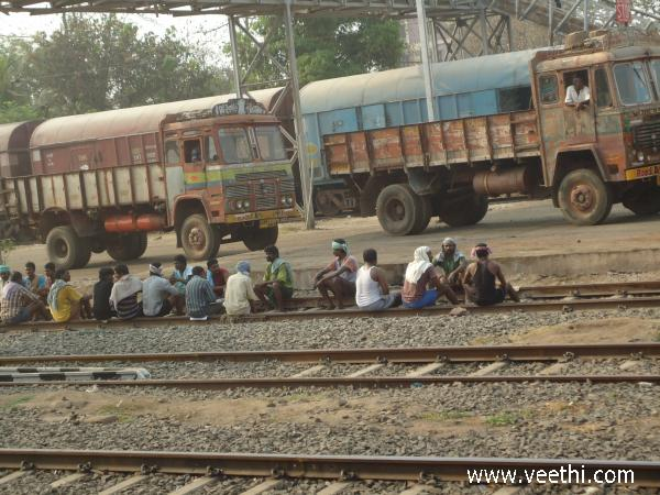 working-people-at-railway-track-chennai