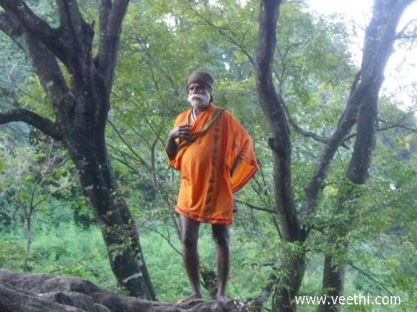 monk-in-courtallam