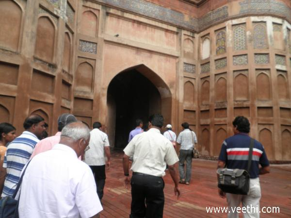 the-entrance-of-agra-fort
