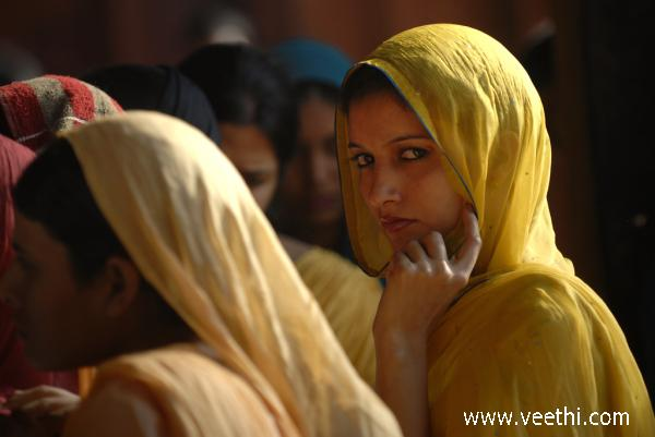 young-woman-in-fatehpur-sikri-india