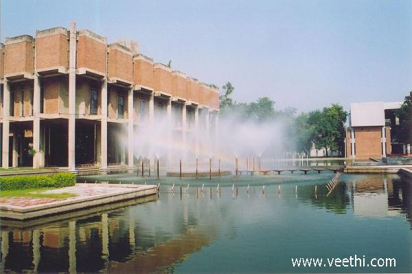 iit-kanpur-fountain-in-front-of-library