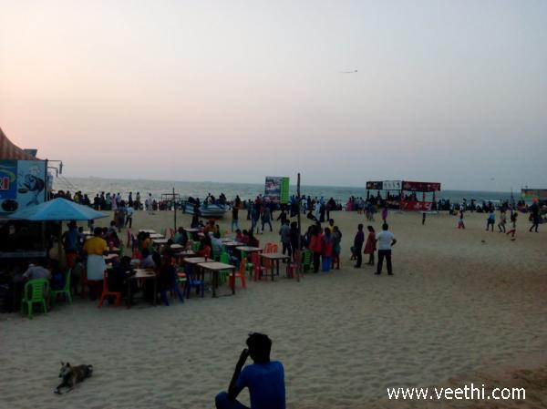 people-at-tannirbhavi-beach-mangalore