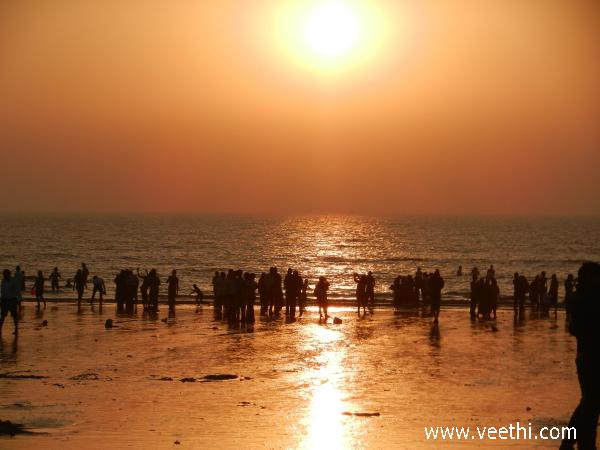 people-enjoying-in-the-beach-of-mumbai-at-sunset