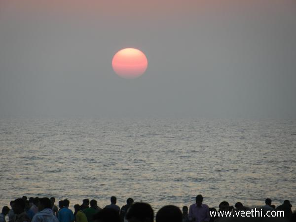 clear-spherical-sun-seen-from-mumbai-beach