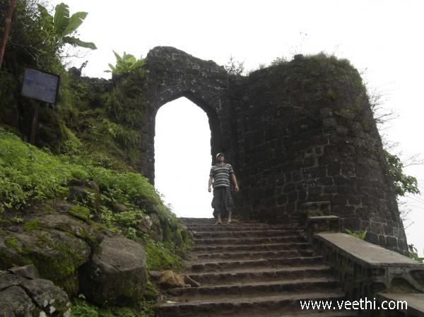 the-entrance-to-sinhagad