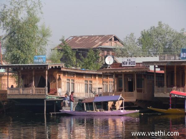 house-boat-stand-from-dal-lake